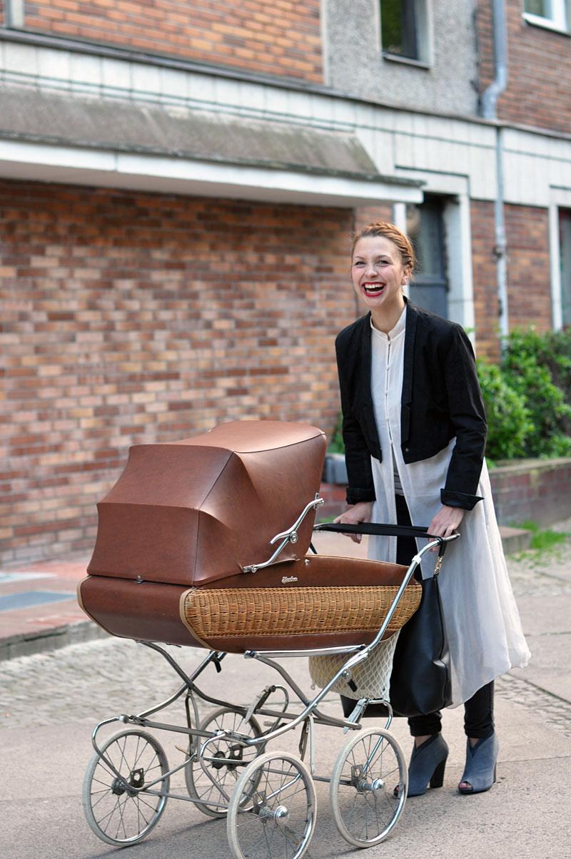 moderner lebensstil hinterm retro kinderwagen. Black Bedroom Furniture Sets. Home Design Ideas